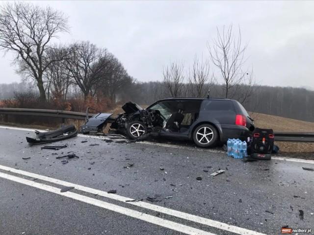 Tragiczny wypadek na DK45 na trasie Racibórz - Opole. Czołowe zderzenie dwóch aut. Nie żyje pasażer