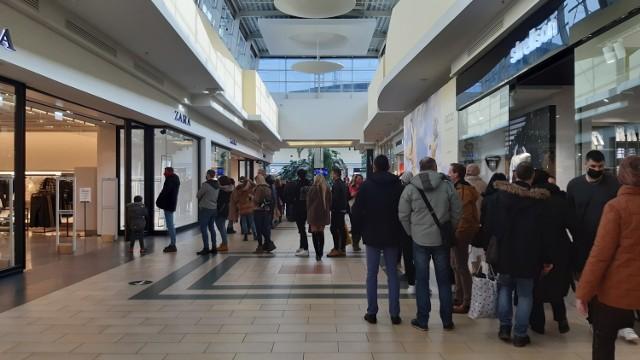 W Silesia City Center w Katowicach od rana w sobotę, 6 lutego, gościły tłumy klientów. Pod niektórymi sklepami ustawiały się duże kolejki.  Zobacz kolejne zdjęcia. Przesuń zdjęcia w prawo - wciśnij strzałkę lub przycisk NASTĘPNE