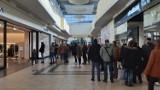Tłumy klientów w Silesia City Center w Katowicach. Długie kolejki, sporo klientów. Zobaczcie ZDJĘCIA