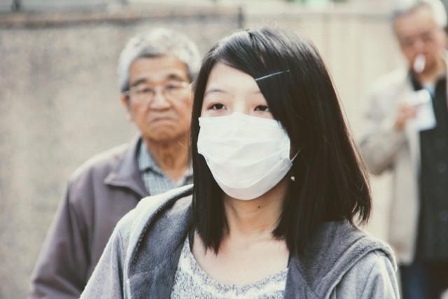 Koronawirus z Chin zbiera śmiertelne żniwo a liczba ofiar rośnie. Koronawirus powoduje zapalenie płuc, które porównywane jest do zespołu ciężkiej ostrej niewydolności oddechowej SARS, czyli nietypowego zapalenia płuc