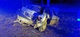 Wypadek Dziekanowice. Opel uderzył w drzewo, jedna osoba poszkodowana