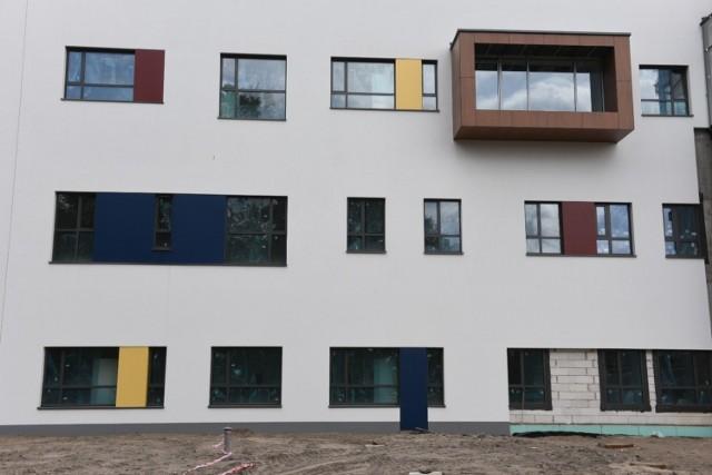 Trwają prace przy rozbudowie szpitala wojewódzkiego na Bielanach w Toruniu. Jak wyglądają nowo powstałe budynki? Zajrzeliśmy z obiektywem na plac budowy przy okazji kolejnego zwiedzania.