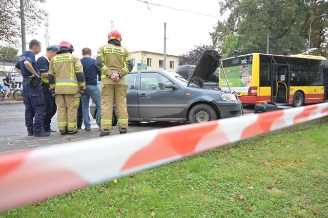 Wypadek na ul. Dworcowej w Grudziądzu. Samochód uderzył w tył autobusu. Sprawca uciekł z miejsca zdarzenia