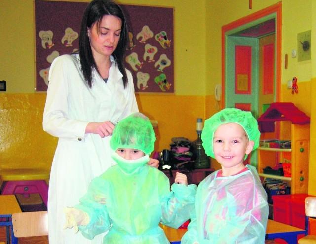Daria Błaszczyk przygotowuje dzieci do pracy w laboratorium
