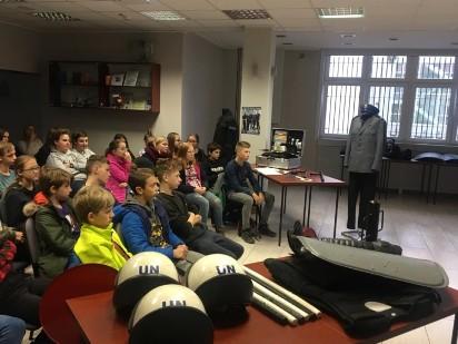 """W ramach programu """"Otwarta firma"""" uczniowie przepytywali policjantów"""