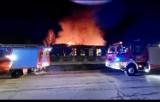 Pożar remizy OSP Raczkowice. W akcji gaśniczej ucierpiał strażak