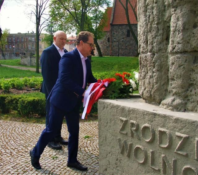 Radni Jerzy Gawęda i Maciej Basiński z okazji Święta Konstytucji 3 Maja złożyli kwiaty pod pomnikami ku czci bohaterów walczących o wolna Polskę