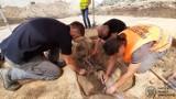 Ludzkie szczątki na terenie dawnego więzienia na Mokotowie. Ciało obwiązane drutem kolczastym, pogrzebane bez trumny