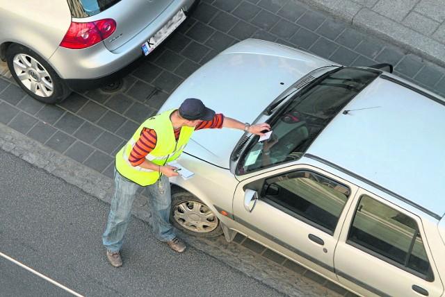 Niezapłacenie 3 zł za godzinę postoju w strefie może skończyć się naliczeniem opłaty dodatkowej w wysokości 50 zł. Wiele osób o tym zapomina i dostają mandaty za wycieraczkami ich samochodów.