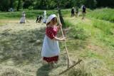 W lubelskim skansenie kosy poszły w ruch! W sektorze Powiśle odbyły się sianokosy. Zobacz zdjęcia