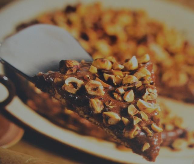 Orzechowe szaleństwo  150 g orzechów włoskich  90 g cukru pudru  2 białka  NADZIENIE  200 g kremu czekoladowo-orzechowego, np. Nutella  2 łyżki śmietanki    100 g orzechów laskowych do dekoracji tłuszcz i bułka tarta do tortownicy    Orzechy zmiel i wymieszaj je z cukrem pudrem. Ubij białka na sztywną pianę, a następnie ostrożnie połącz ją z orzechami wymieszanymi z cukrem. Natłuść i oprósz bułką tartą tortownicę o średnicy około 23 cm. Wlej do niej przygotowana masę. Piecz ciasto w dolnej części piekarnika przez około 20 minut, a potem pozostaw je do ostygnięcia w tortownicy, zdejmij obręcz i przełóż na paterę. Wymieszaj krem czekoladowo-orzechowy ze śmietaną i rozprowadź go na spodzie ciasta. Upraż orzechy laskowe na gorącej, suchej patelni, a następnie połóż je na ściereczkę lub ręcznik kuchenny i oczyść ze skórek. Posiekaj dość grubo orzechy i ponownie upraż je na gorącej, suchej patelni, aż nabiorą lekko złotawego koloru. Posyp ciasto orzechami, włóż je do lodówki i wyjmij tuż przed podaniem.