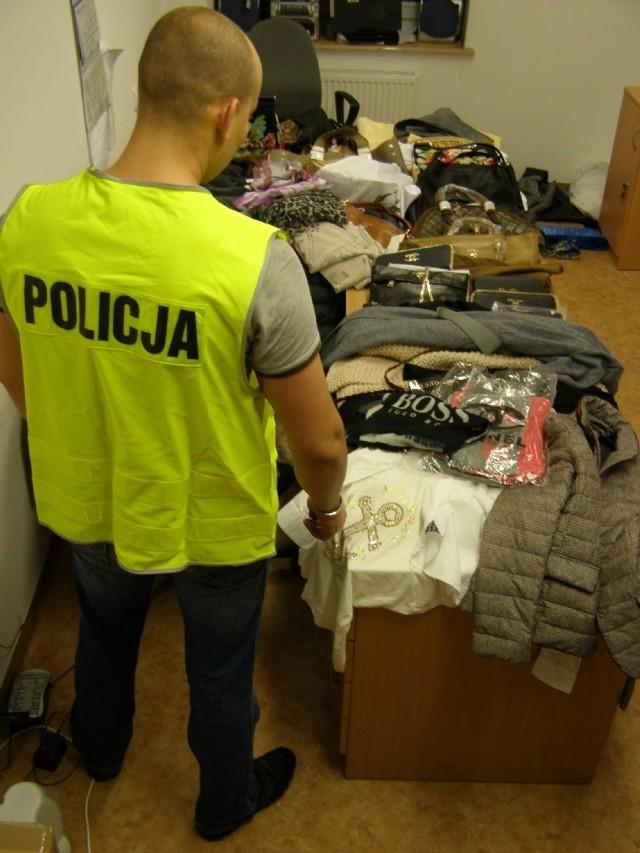 Policjanci zwalczający przestępczość gospodarczą Komendy Miejskiej Policji w Olsztynie zakończyli aktem oskarżenia sprawę dotyczącą wprowadzania do obrotu rzeczy z podrobionymi znakami towarowymi. Z ustaleń śledczych wynika, że 60-letnia Elżbieta O. kupowała odzież z podrobionymi znakami towarowymi różnych marek, a następnie sprzedawała je w swoim sklepie odzieżowym w Olsztynie.