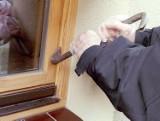 Strażacy ostrzegają przed złodziejami, którzy plądrują domy w dzień i w nocy