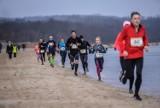 """Cztery pory roku w Sopocie. W sobotę, 27 lutego 2021 roku """"Sopocka Zima"""", podczas której biegi po plaży na 2, 4 i 8 km"""