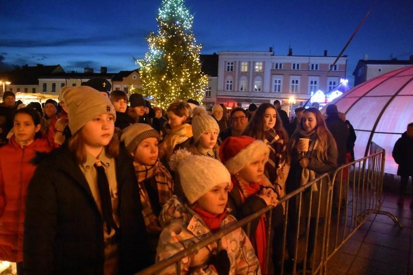 Wągrowiec - Betlejemskie Światło Pokoju przekazane na zakończenie jarmarku bożonarodzeniowego [ZDJĘCIA]