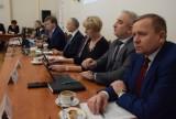 Sesja Rady Powiatu Kaliskiego. Radni jednomyślnie przyjęli wszystkie uchwały w porządku obrad ZDJĘCIA
