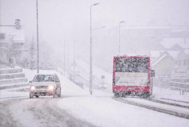 Śnieg spadł w nocy z niedzieli na poniedziałek. W wielu miejscach drogi są białe