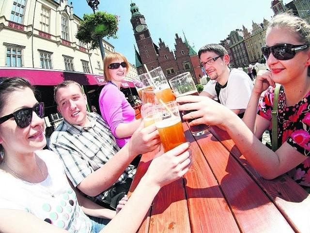 Na Rynku alkohol serwuje 41 lokali. Większość z nas przychodzi odprężyć się przy nim, a nie upić