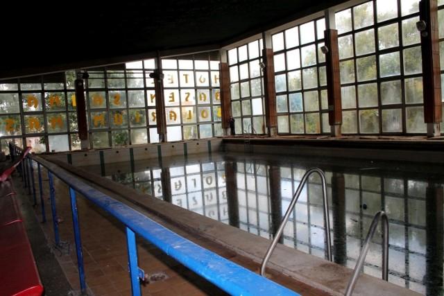 Trwa wielka przebudowa basenu przy ul. Bażyńskich w Toruniu. Niemal cały budynek, poza niecką basenu głównego, został rozebrany. Na pożegnanie otwartego w 1987 a zamkniętego pod koniec 2017 roku basenu, udało nam się zajrzeć do środka.