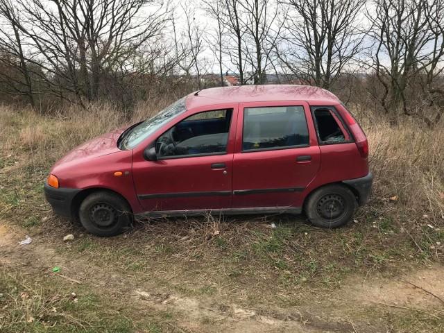 Porzucony samochód przy szpitalu na Unii Lubelskiej w Szczecinie.