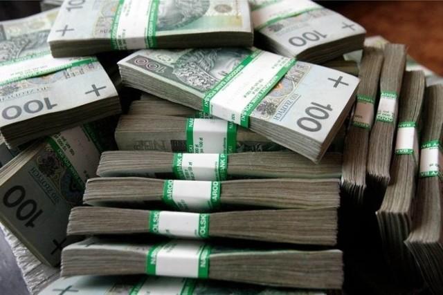 Milionowe dochody za 2019 r. zadeklarowało 27,6 tys. Polaków. Wśród nich zaledwie 2,4 proc. to Lubuszanie. Sprawdziliśmy, ile zarobił rekordzista, gdzie mieszka najwięcej milionerów i w jakiej branży można wzbogacić się najłatwiej.    Liczba Lubuszan, których dochody osiągnęły wyniosły przynajmniej milion złotych, rośnie z roku na rok. W 2011 roku było ich 215, w 2017 r. - 500, a w 2018 r. – 605. W roku 2019 został pobity kolejny rekord. Sprawdź, ile osób zakończyło rok 2019 z siedmiocyfrowym wynikiem na koncie bankowy i co o nich wiemy.