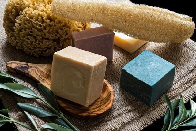 Mydło naturalne to produkt myjący, który powinien mieć jak najkrótszą listę składników (pożądanym wyjątkiem są dodatki takie jak wyciągi roślinne, olejki eteryczne i szlachetne oleje).