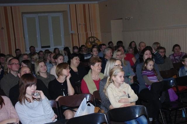 W ubiegłym tygodniu  w sali teatralnej Młodzieżowego Domu Kultury mieliśmy okazję posłuchać kolęd oraz obejrzeć przedstawienie teatralne.