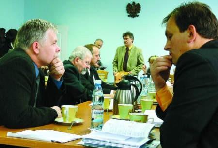 Reprezentanci miasteckiej części powiatu z zadumą wsłuchiwali się w słowa starosty Romana Zaborowskiego. fot. marcin pacyno