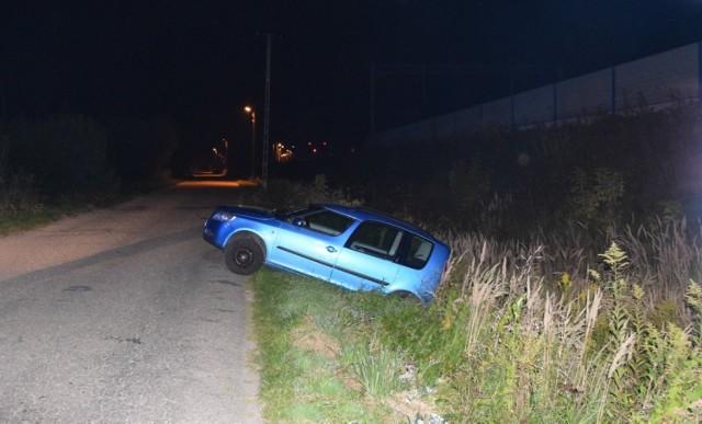 Do niebezpiecznego zdarzenia doszło w Bogumiłowicach.  Kierowcy niebieskiej skody zakończył swoją podróż w przydrożnym rowie melioracyjnym