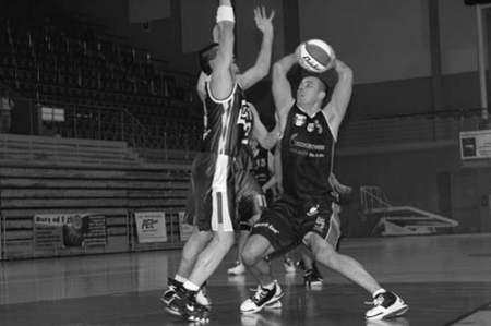 Marcin Weselak  (z piłką) w minionym sezonie należał do najlepszych zawodników dąbrowskiej drużyny.