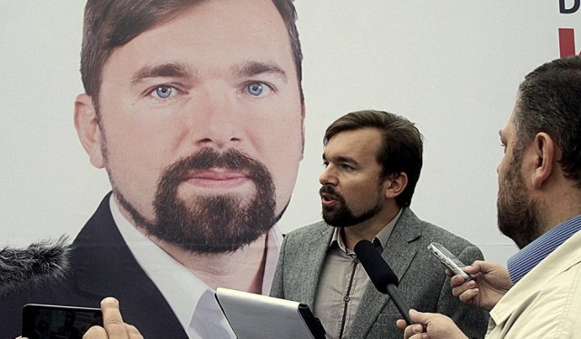 STYCZEŃ. Burmistrz Wadowic Mateusz Klinowski nie doczekał się uniewinnienia, o co wnosił, w sprawie o fałszowanie oświadczeń majątkowych. Proces zakończył się dla niego warunkowym umorzeniem sprawy na rok i nakazem wpłaty 1000 zł na cele społeczne. Według prokuratury dwukrotnie złożył on nieprawdziwe oświadczenia majątkowe, nie wpisując w nich pożyczki 100 tys. zł. Chodziło o dokumenty z 2010 i 2011 roku.