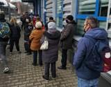 Kraków. Ogromne kolejki do punktu sprzedaży biletów MPK na Krowodrzy Górce. Mieszkańcy tracą nerwy [ZDJĘCIA]