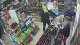 Napad na sklep na os. Tysiąclecia. Sprawcy ukradli 4 butelki piwa. Policja opublikowała ich zdjęcia