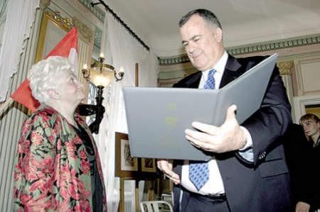 """Zofia Rydel, w imieniu nieżyjącego ojca, odebrała medal """"Sprawiedliwy wśród Narodów Świata"""". Odznaczenie wręczył Dawid Peleg, ambasador Izraela w Polsce."""