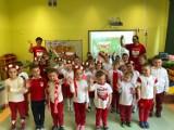 Dzień Flagi i Dzień Strażaka w przedszkolu Pszczółkach. Przedszkolaki ślą życzenia dla strażaków i uczą się patriotyzmu