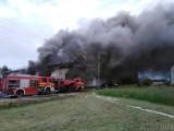 Potężny pożar w Lubrzy. Płonie hala magazynowa i skład opon