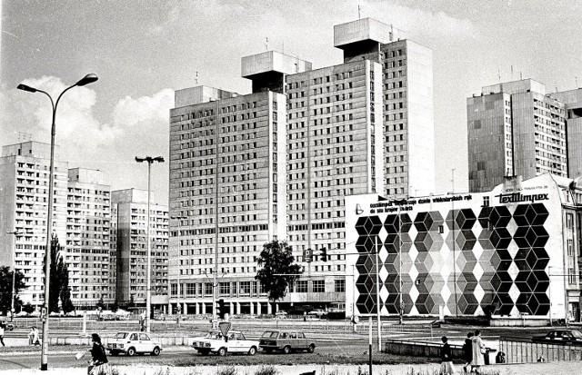 """Łódź lat siedemdziesiątych. Wtedy powstał Central i pierwsza trasa W-Z. Lata siedemdziesiąte były czasem, gdy zaczęło powstawać wiele nowych inwestycji. Łódź doczekała się wtedy trasy W – Z. Powstał nowoczesny basen """"Fala:, a także najpopularniejszy w kraju Dom Handlowy """"Central"""". Przy trasie WZ stanęły wieżowce i łódzkie osiedle zwane Manhattanem.  CZYTAJ DALEJ >>>>"""