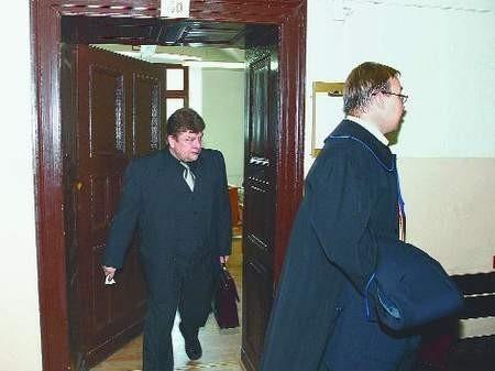 Fot. Janusz Wójtowicz  Marek Szewczyk (po lewej) żąda od swojego byłego pracodawcy pięciuset osiemdziesięciu tysięcy złotych. Wczoraj odbyła się pierwsza rozprawa w tej sprawie.