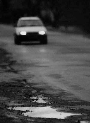 Droga w Lesznej poczeka na ekipy remontowe do przyszłego roku. ZDJĘCIE: WOJCIECH TRZCIONKA