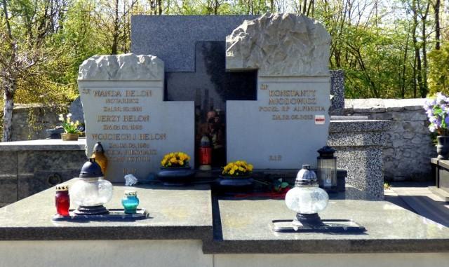 21 kwietnia - to Niedziela Wielkanocna. Największe święto dla chrześcijan. Uroczystość Zmartwychwstania Pańskiego uświadamia nam, że życie mocniejsze jest od śmierci. Niedzielna, radosna msza rezurekcyjna ogłasza światu: Alleluja! Chrystus zmartwychwstał. Po nabożeństwie w kościele - to piękna, polska tradycja - udajemy się na groby bliskich.  Na cmentarzu parafialnym przy ulicy Langiewicza w Busku-Zdroju spoczywają także osoby znane - zasłużone dla miasta, regionu, dla Polski. Tu, w grobie rodzinnym, zostali pochowani: Konstanty Miodowicz - poseł na Sejm, urzędnik państwowy, społecznik, alpinista (zmarł 23 sierpnia 2013 roku) oraz Wojciech Belon - pieśniarz, poeta i kompozytor, twórca legendarnej Wolnej Grupy Bukowina (zmarł 3 maja 1985 roku).  >>> ZOBACZ WIĘCEJ NA KOLEJNYCH ZDJĘCIACH