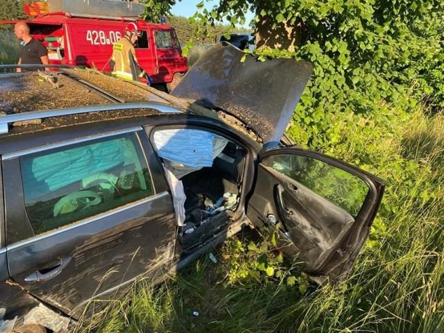Do groźnego wypadku doszło w niedzielę wieczorem na trasie Mostki – Przełazy. Po godz. 19.00 kierowca samochodu osobowego stracił panowanie nad kierownicą i uderzył w drzewo.    - Pojazdem podróżowały dwie osoby, jedna z nich o własnych siłach opuściła pojazd, druga pozostawała w pojeździe – informują strażacy z JRG Świebodzin. Razem z zastępem OSP Mostki zabezpieczali miejsce zdarzenia i udzielali pierwszej pomocy do czasu przybycia ratowników medycznych.   Obie osoby zostały przetransportowane do szpitala.  Czytaj także: Korytarz życia na drodze. Jak go utworzyć? Wystarczy przestrzegać kilku zasad!  Wideo: Jak się zachować, kiedy jesteśmy świadkami wypadku?  źródło: Dzień Dobry TVN/x-news