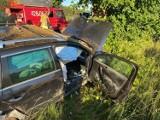 Groźny wypadek w Przełazach, pod Świebodzinem. Auto uderzyło w drzewo, dwie osoby są ranne