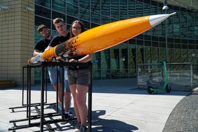 Studenci Politechniki Poznańskiej, tworzący PUT Rocketlab, wygrali międzynarodowy konkurs Spaceport America Cup 2021 w jednej z kategorii. Otrzymali nagrodę za najlepszy projekt pod względem technicznym - Technical Excellence i wygraną w najbardziej prestiżowej kategorii 30K SRAD Hybrid/Liquid. Pokonali takie uczelnie jak Stanford czy Waszyngton. Przejdź do kolejnego zdjęcia --->