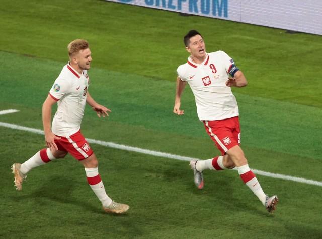 Robert Lewandowski to bezapelacyjnie najlepszy polski piłkarz od lat. To napastnik, który seryjnie strzela gole i pokazał to także na Euro 2020, gdzie w trzech meczach zdobył trzy bramki. Co ciekawe, zdobywał je głową, lewą i prawą nogą. Sprawdziliśmy zatem, co napisane ma na butach, którymi te gole strzelał. Jak myślicie, co ma na nic wypisane nasz supersnajper?   Zobacz dalej --->