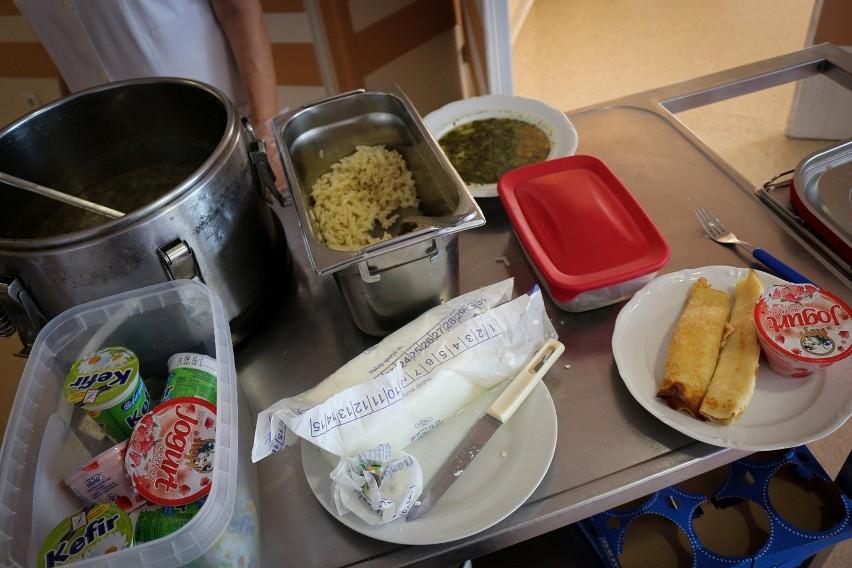 Największe szpitale utrzymują własne kuchnie lub korzystają...