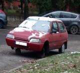 Kraków. Nowy rok, stare wraki, czyli samochody, gruchoty tarasujące ulice Krakowa