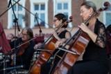 Na Starym Rynku w Pucku zagrali koncert dla ks. Jana Kaczkowskiego. To były muzyczne urodziny twórcy Puckiego Hospicjum | ZDJĘCIA