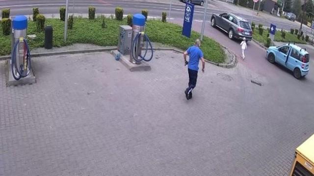 Pracownik stacji paliw z Wieprza biegnie w stronę dziewczynki