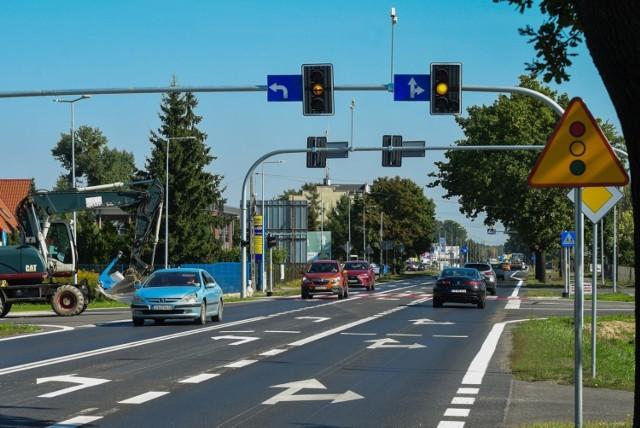 W rejonie nowego skrzyżowania w Osielsku ruch przebiega płynnie tylko, gdy wyłączone są światła. To jednak nie rozwiązuje problemu, bo kłopoty z włączeniem się do ruchu mają kierowcy na drogach podporządkowanych