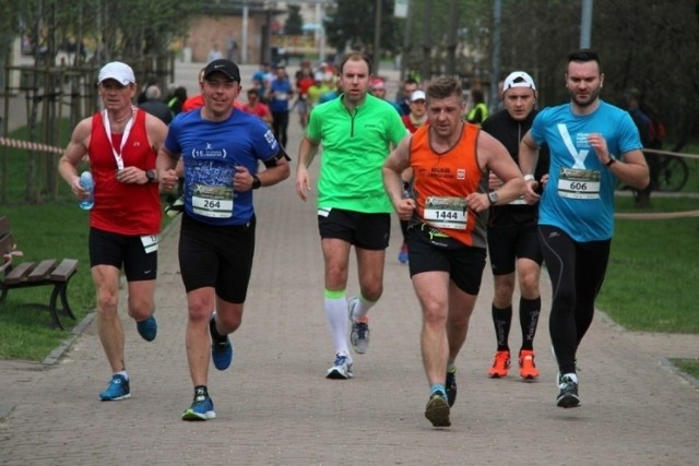 Półmaraton Dąbrowski cieszy się od lat ogromną popularnością. Biegaczy przyciąga malownicza trasa i świetna atmosfera podczas tego wydarzenia sportowego   Zobacz kolejne zdjęcia/plansze. Przesuwaj zdjęcia w prawo - naciśnij strzałkę lub przycisk NASTĘPNE